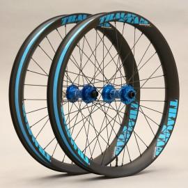 """Juego de ruedas ligeras de carbono FAT PRO, 26"""" 65mm, bujes HOPE."""